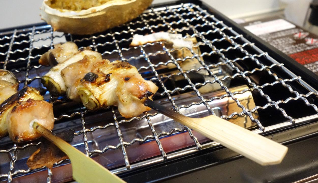 炎で焦げた焼き鳥の串